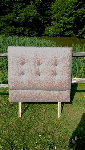 single headboard in wool, shallow buttoned.